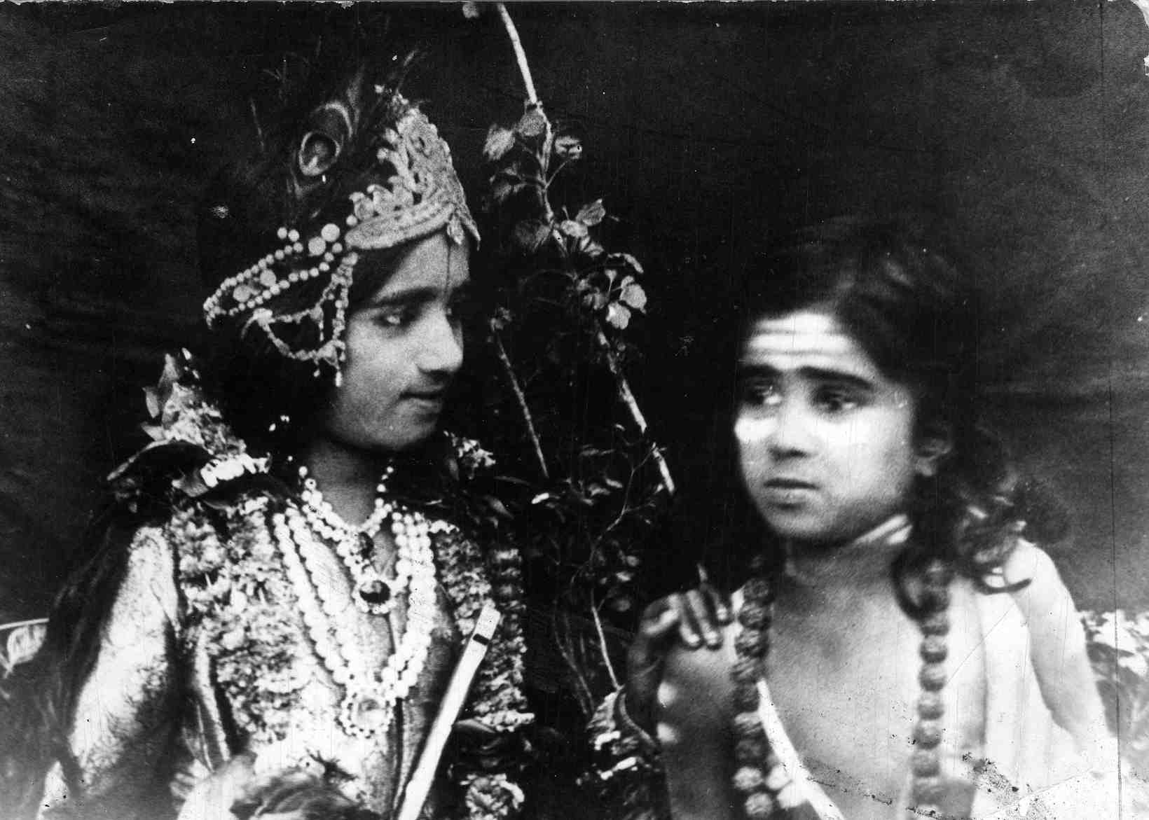 Suno Chhotisi Gudiya Ki Lambi Kahani-7-Lata and Meena in the stage play Gurukul