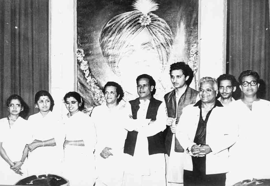 Lata with Meena, Usha, Ravi Shankar, Bhimsen Joshi, Shiv Kumar Sharma, Vasant Desai, Hridaynath