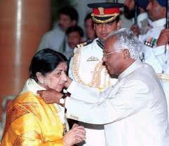 Lata receiving Bharat Ratna from Indian President K.R. Narayananan