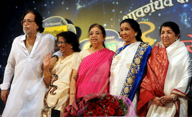Lata with Hridaynath, Meena, Usha and Asha